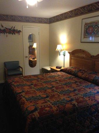 Travelers Inn & Suites: 2013 King
