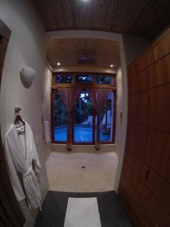 Prana Rainforest Retreat: Insane shower that opens up to the pool!