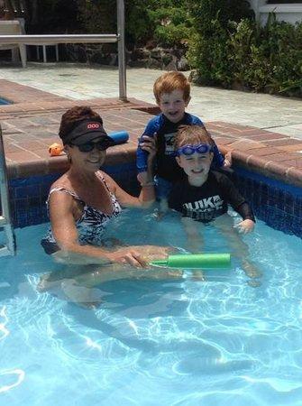 Don Pancho Beach Resort: Relaxing at pool
