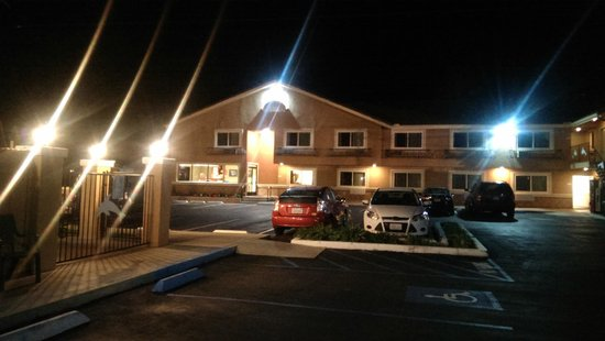 Econo Lodge Moonlight Beach: EconoLodge at night