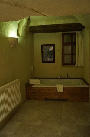 Fresco Cave Suites & Mansions: Jacuzzi and bathtub