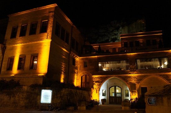 Fresco Cave Suites & Mansions: Night view of the hotel