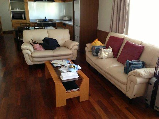 BEST WESTERN Naha Inn: living room
