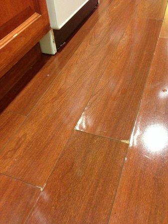 Desert Palms Hotel & Suites: Warped floors and markings
