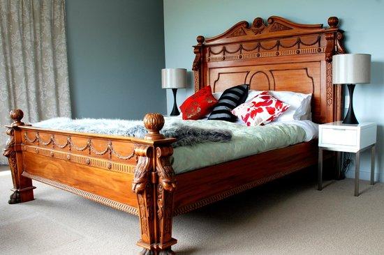 Hawk Ridge Bed & Breakfast: East room bed