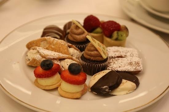 Palm Court: Cakes to die for!