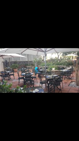 The Commodore: Breakfast in the courtyard