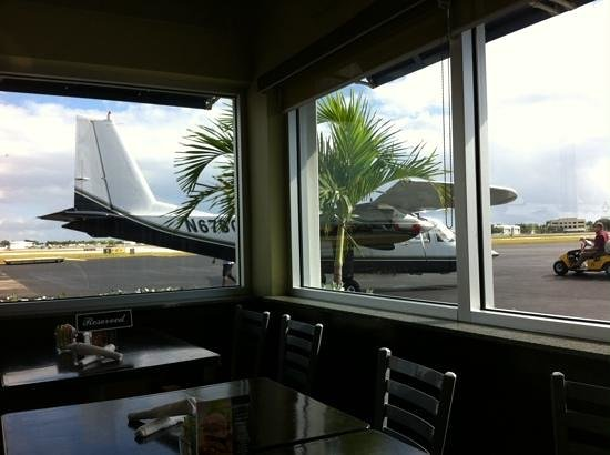 Jet Runway Cafe: view of the tarmac