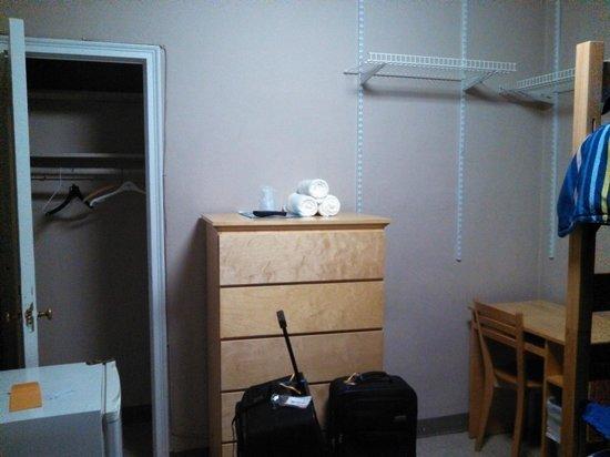 The Vanderbilt YMCA: cajonera en la habitacion y armario