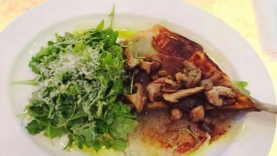 Central Michel Richard : sea bass with stirred fried shitaki mushroom and arugula salad