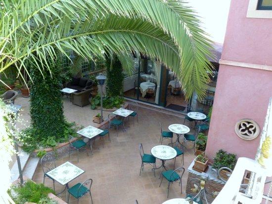 Hotel La Pensione Svizzera: Entrance/ Outside dining area