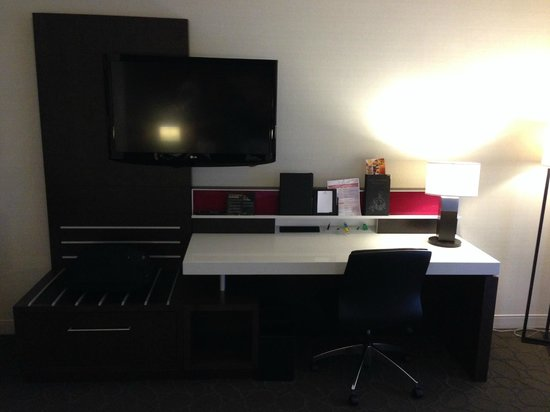 Delta Hotels par Marriott Montréal : Great desk with multiple plugs