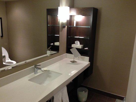Delta Montreal Hotel: Nice modern bathroom