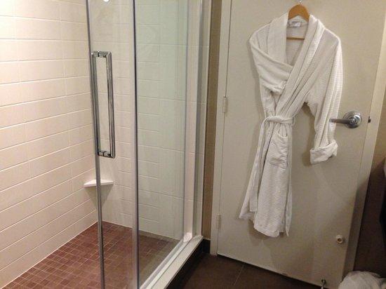 Delta Montreal Hotel: Large shower