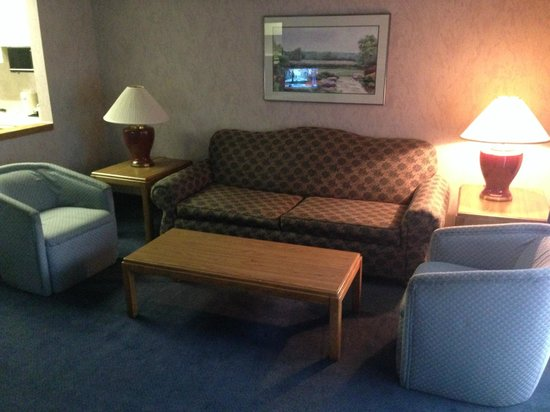 Shilo Inn Suites Hotel - Bend: Seating area across from fireplace and TV