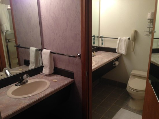 Shilo Inn Suites Hotel - Bend: Bathroom with adjoining second sink dressing area