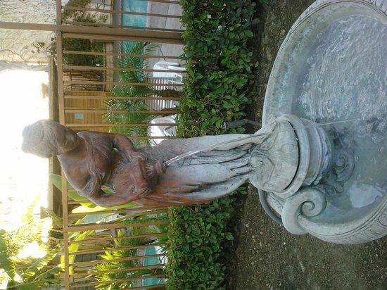 ديناستي سويتس ريدلاندز: Statue/Fountain