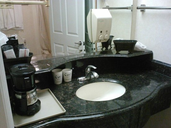 Dynasty Suites Redlands: Separate sink with extra amenities