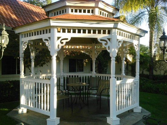 Dynasty Suites Redlands: Charming gazebo