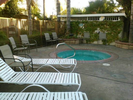 Dynasty Suites Redlands: Time to relax and pool it
