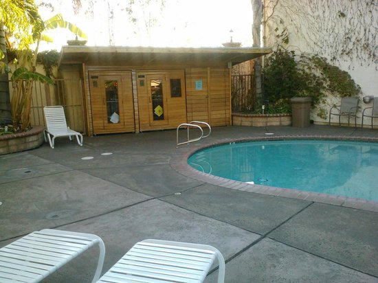 Dynasty Suites Redlands: Pool area/saunas