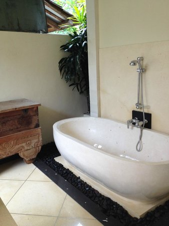 The Seri Villas: This bath takes at least 30 mins to fill up! - worth it