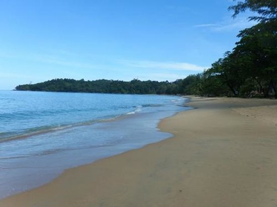Khaolak Merlin Resort: The beach to the right