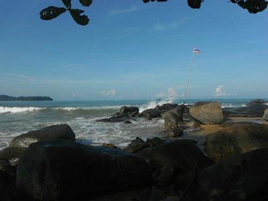 Khaolak Merlin Resort: Walking along the beach to the left of the resort