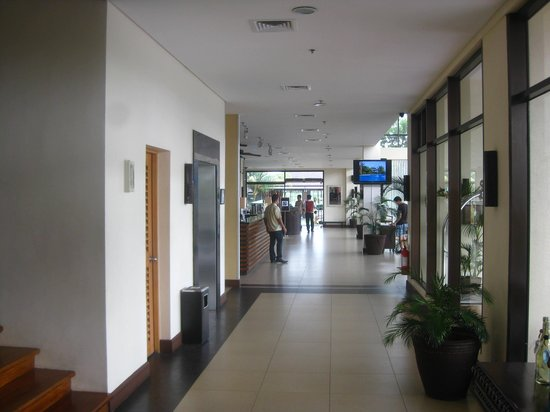Hotel Kimberly: From elevator area to main lobby