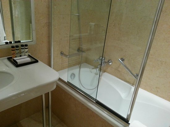 Fortyseven Hotel Rome : Shower and bathtub
