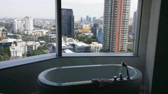 Bangkok Marriott Hotel Sukhumvit: View from the bathroom