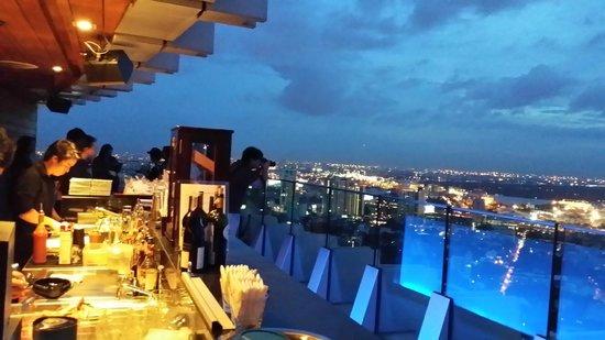 Bangkok Marriott Hotel Sukhumvit: First level of the skybar - 2
