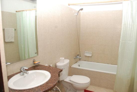Kathmandu Resort Hotel: Bathroom