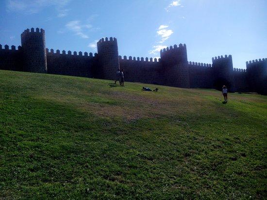 The Walls of Avila : La muralla desde el exterior