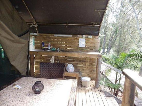 Seven Mile Beach Holiday Park : Outdoor sink, kitchen area on verandah