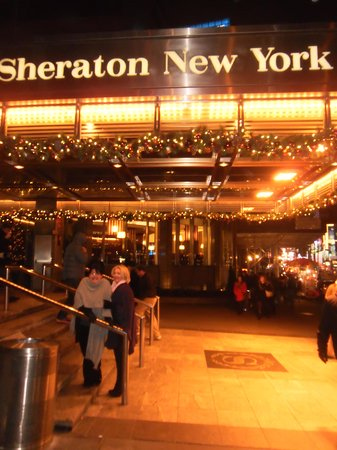 Sheraton New York Times Square Hotel: Cold night... but a warm welcome at this Hotel.