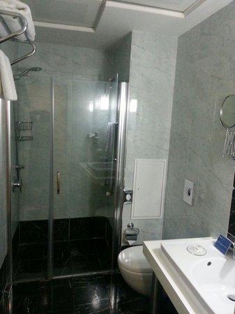 Hotel Beyaz Saray: Avec plusieurs articles de toilette et seche cheveux