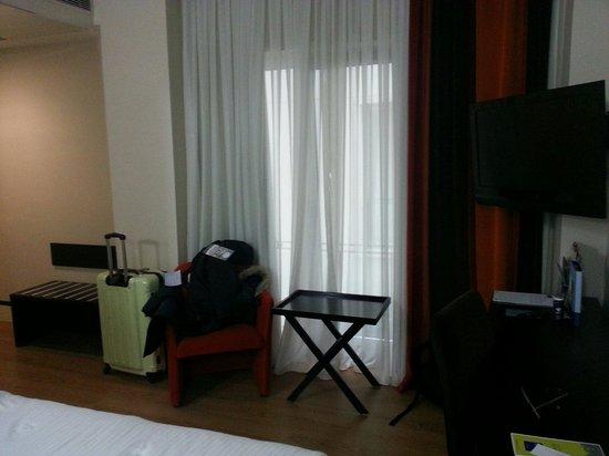 Hotel Beyaz Saray: Ecran plat et fenêtre qui ne donne pas sur la rue bien contre le bruit mais dommage pour la vue.