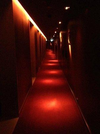 Buddha-Bar Hotel Budapest Klotild Palace: Spooky corridor