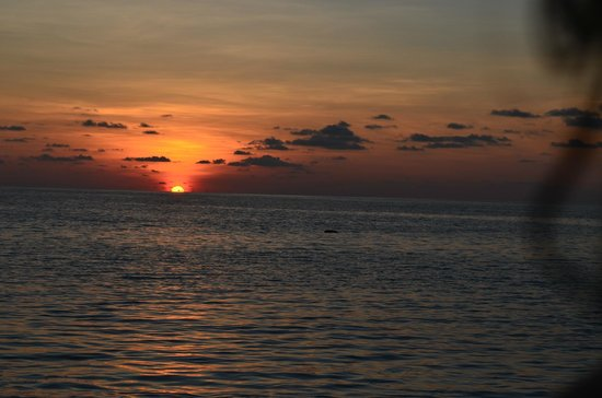 Centara Ras Fushi Resort & Spa Maldives : Sunset from the water front beach villa