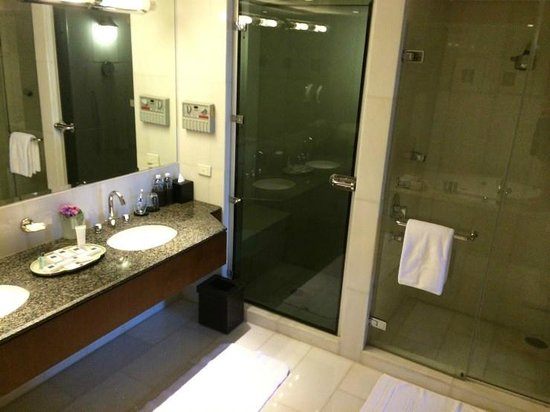 JW Marriott Hotel Bangkok: The bathroom - with a sauna(!)