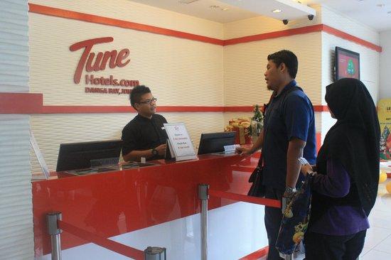 Tune Hotel Danga Bay: Front Counter Tune Ht JB