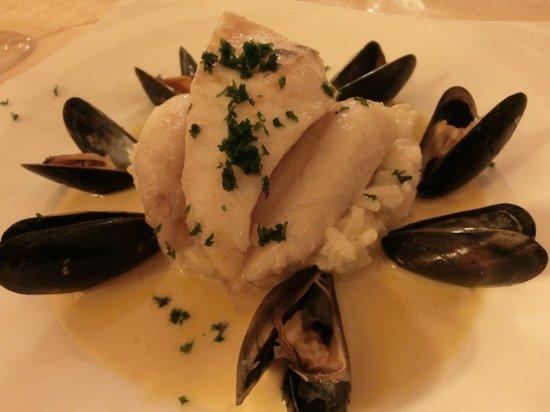 Le Sarment D'Or: Filet de St Pierre avec sauce au safran et réduction de moules, risotto aux champignons.