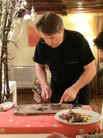 Le Sarment D'Or: La découpe du carré d'agneau cuit au foin