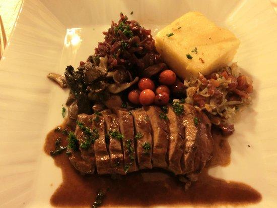 Le Sarment D'Or: Chevreuil, polenta, choux rouge façon choucroute, champignons d'automne, baies rouges.