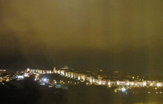 Sercotel Cuatro Postes Hotel: The night view from our room