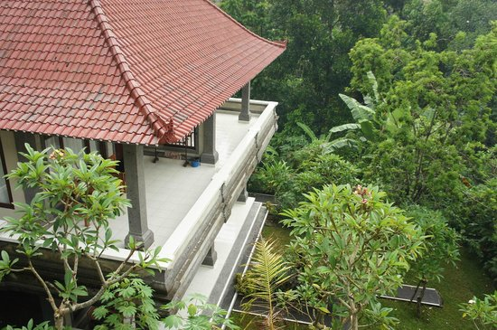 Jaya Bungalow : вид на соседний домик и садик во дворе