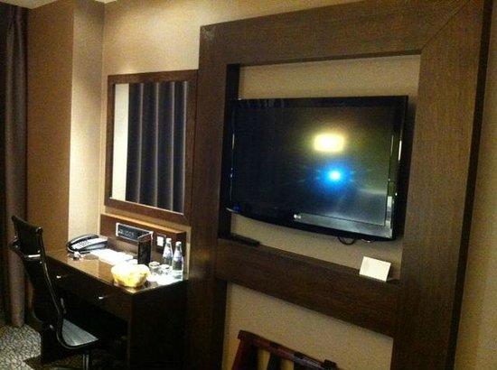 Park Grand London Heathrow: TV & Dressing Room