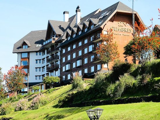 Hotel Cumbres Puerto Varas: Dramatic architecture blending in well