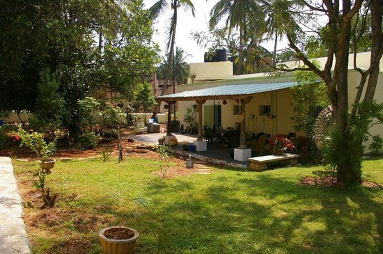 Shanti Nilayam (peaceful house) Guesthouse: View of the main house from the independent cottage